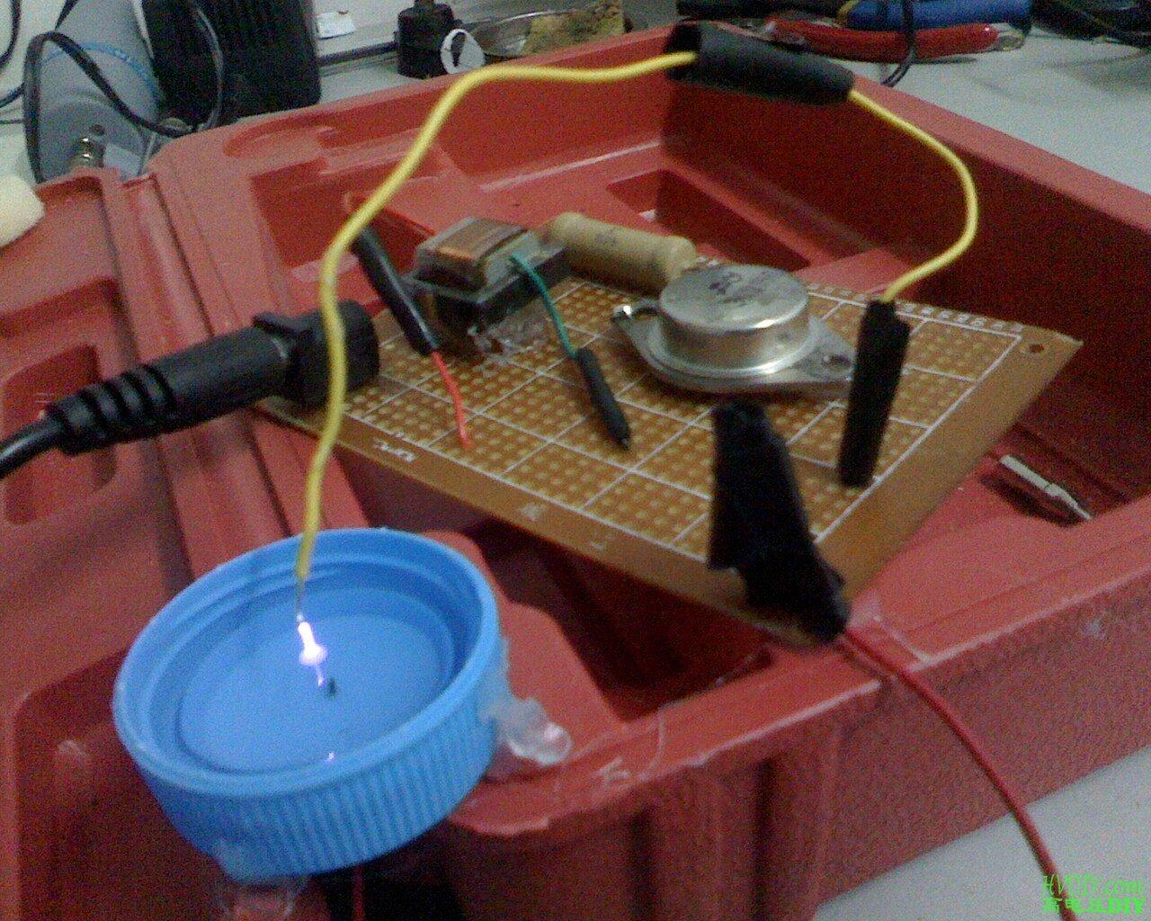 一端以水作为电极进行放电